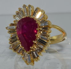 18 kt yellow gold ring set with a 4 ct ruby and diamonds totalling 6.8 ct