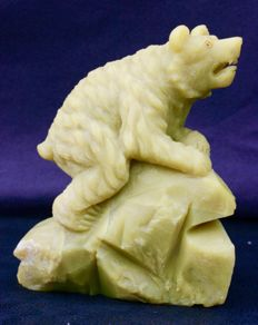Sculpture in serpentine of a bear on a rock - 14 x 12 x 7 cm - 1055 g