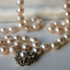 Japanese Akoya long / or 2 -row  necklace ca. 93 cm silvery - light rose lustre pearls Ø 7,2 mm Gold buckle set with 10 diamonds 8/8 cut