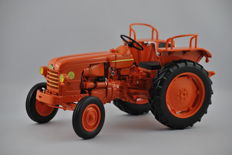 Universal Hobby - Scale 1/16 - Tractor Renault D22 ´1956´ - Orange