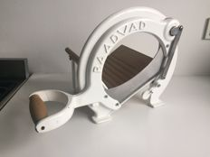 Raadvad - beautiful white bread slicer in excellent condition