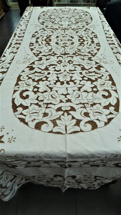 Large tablecloth embroidered and with openwork lace, and 12 napkins
