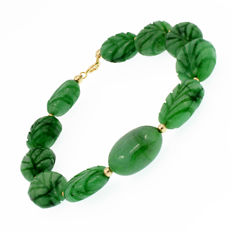 18k/750 yellow gold bracelet with carved emeralds. - Length 21 cm.