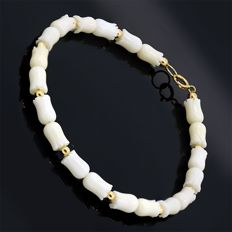 18k/750 yellow gold bracelet with tulip-shaped white coral - Length 20 cm.