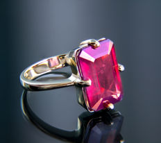 8.2 ct. ruby gold ring. * Free shipping * No Reserve * Free Resizing *