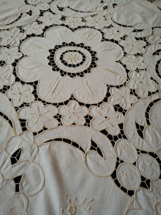 Ivory placemat with cutwork flowers - Italy.