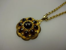Large gold entourage pendant yellow gold with faceted cut garnet on gold Jasseron necklace - 14 kt gold