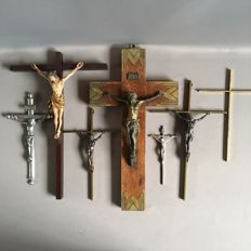 Lot of old and antique crucifixes - 7 pieces - various sizes and materials