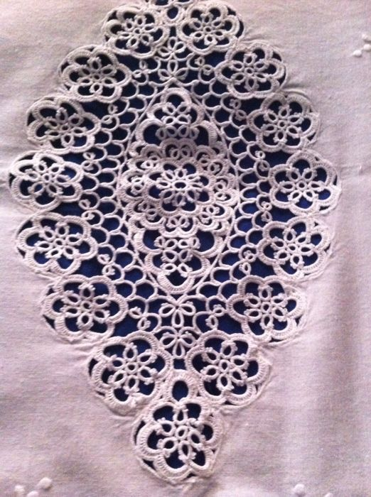 Elegant tablecloth, also suitable as a bedspread - tatting stitch and embroidery