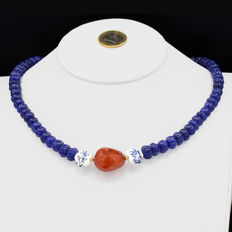 18kt/750 yellow gold necklace with sapphires and carnelian - Length, 47 cm.