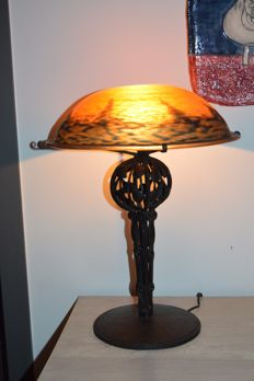 Daum Nancy - Finely worked wrought iron mount lamp and glass lampshade