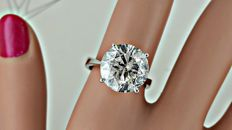 6.05 ct round diamond engagement solitaire ring in 18 kt gold - size 7
