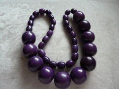 Lot 12 - Exceptional spectacular old and heavy purple plastic necklace, very rare