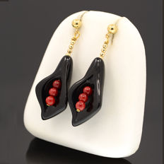 18k/750 yellow gold earrings with lily-shaped onyx and coral - Earrings length: 44 mm.