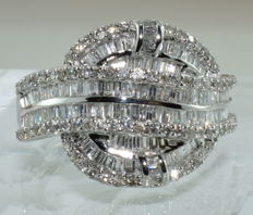18 18 kt white gold ring set with 201 diamonds for a total of around 4.20 ct ***NO RESERVE PRICE***