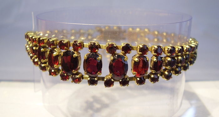 Antique golden garnet bracelet with faceted blood red Bohemian garnets approx. 20 ct in total.