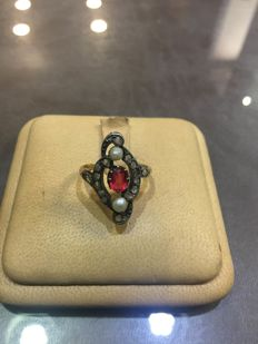 Ring in 14 kt gold, silver, diamonds, pearls and red, synthetic stone