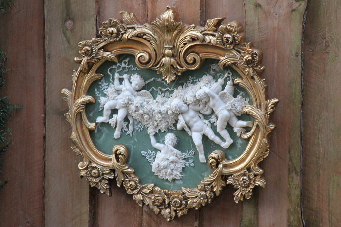 Large format plaque in alabaster powder, representation of four cherubs in full garland