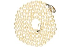 Cultured pearl necklace with an 18 kt yellow gold clasp which is set with zirconia. – Length x width: 78.5 x 0.6 cm