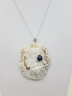 18 kt white gold necklace with cameo and 4.78 ct sapphire - 45 cm