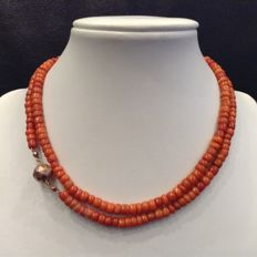 Precious coral necklace with a 14 kt  gold paston clasp