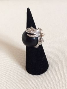 Ring in 18 kt grey gold and ebony cabochon