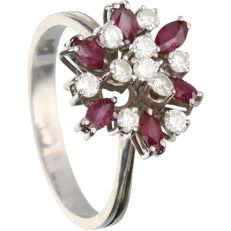 18 kt - White gold ring set with ruby and 10 brilliant cut diamonds of approx. 0.4 ct in total - Ring size: 19.25 mm