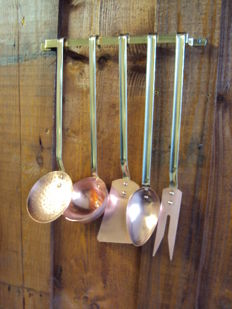 Lot of five kitchen utensils in copper and their antique support