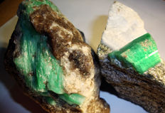 Lot o2 2 Green Emerald crystals on matrix - 9.4 x 6.4 x 5.5 cm and 8.3 x 5.2 x 2.9 cm - 2015 ct/403 g (2)