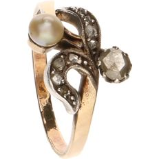 18 kt Yellow gold ring set with a cultured pearl and 1 rose cut diamond of approx. 3.80 mm - Ring size: 16.5 mm