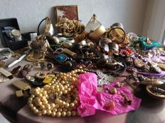 Very large lot of jewellery and vintage items
