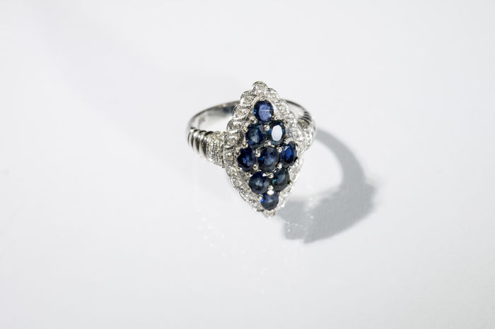 White gold ring – A reinterpretation of an antique model with sapphires  arranged quadrilaterally and diamonds, 18 kt gold – Size 13