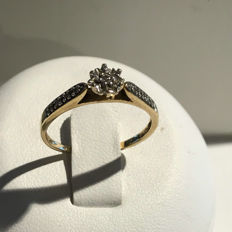 14 kt 585 ring with 9 diamonds