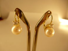 Gold earrings with cultured salt water pearls (8.5 mm) and white sapphires