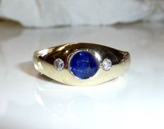 Ring, 14 kt / 585 gold 1 large natural sapphire of 0.80 ct in fine blue + 2 diamonds