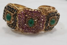 Imposing 18 kt gold bracelet with rubies, sapphires and emeralds