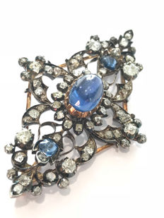 Brooch in 18 kt yellow gold and 900‰ silver, with natural sapphire of the Ceylon variety and Bolshevik cut diamonds
