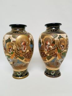 Two porcelain vases with Satsuma decor of Rakan (Arhats) - Marked 'Kinkozan' - Japan - ca. 1930s