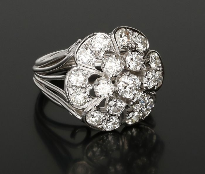 18 kt - White gold rosette ring set with 19 round briliant cut diamonds of 1.87 ct in total. - Ring size: 15.75 mm