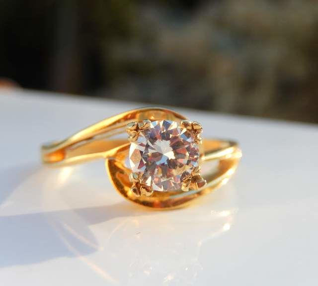 Ring with genuine Moissanite of 0.80 ct on 18 kt yellow gold