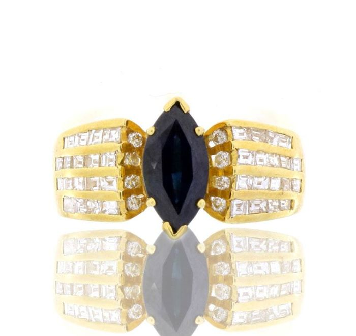 19.2 kt Gold ring with a 2.10 ct sapphire and 1.35 ct of diamonds. Size: 19