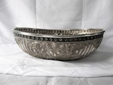 Silver basket with hammered scenes and very beautiful engraving on the underside, Bali, Indonesia, 2nd half 20th century