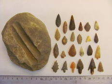 24x Neolitic arrowheads 12/35 mm and 1x grindstone - 110-85 mm (25)