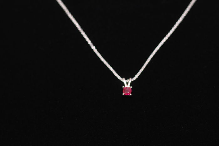 Necklace in 18 kt white gold with Burmese ruby, 0.83 ct 5.5 mm - 40 cm.