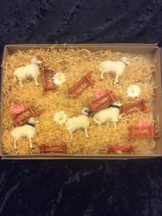 5 Old sheep and 8 fences, lying in original box, filled with paper wool and flowers