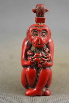 Coral, tobacco snuff bottle with Monkey King - China - 1900