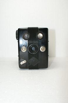 A beautiful Agfa Trolit Bakelite box camera from 1936 for 120 film, including carrying bag.