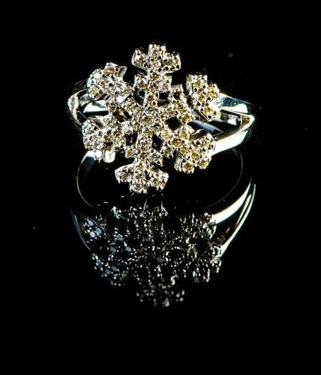 18 Kt white gold Christmas tree star style dress  ring set with diamonds 0.35 ct total weight, F colour and VS clarity. Size: 55/O