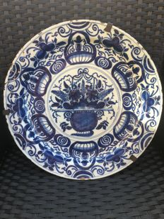 Faience Delft - Large dish with scalloped edges, blue cameo decoration