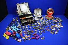 Collection of 142 various Retro and Vintage Jewellery / Earrings / Necklaces / Brooches / Cufflinks / Shoe clips (Bluette) / watches (Ancre) / in nice condition